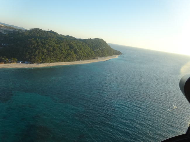 ボラカイ島をヘリコプター上空から眺める