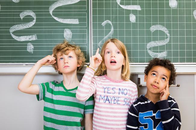 Kinder nachdenklich an der Tafel Schule